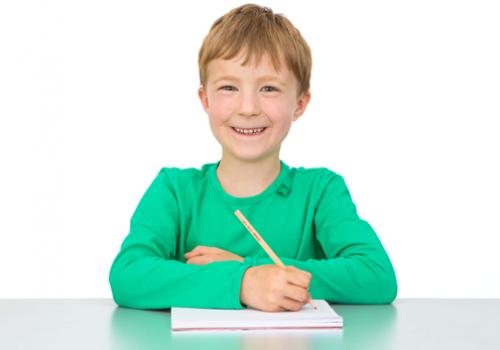 Freudberg Schule: schreibendes Schulkind